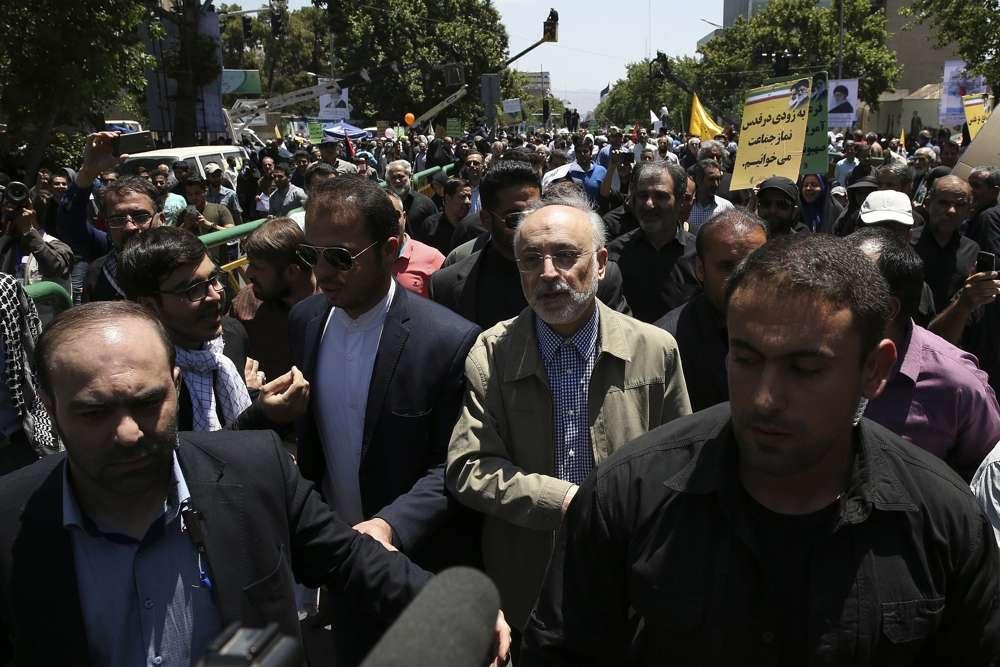 El jefe de la Organización de Energía Atómica de Irán, Ali Akbar Salehi, en el centro, asiste al mitin anual anti-Israel de Al-Quds, Jerusalem, en Teherán, Irán, el 8 de junio de 2018 (AP Photo / Vahid Salemi)