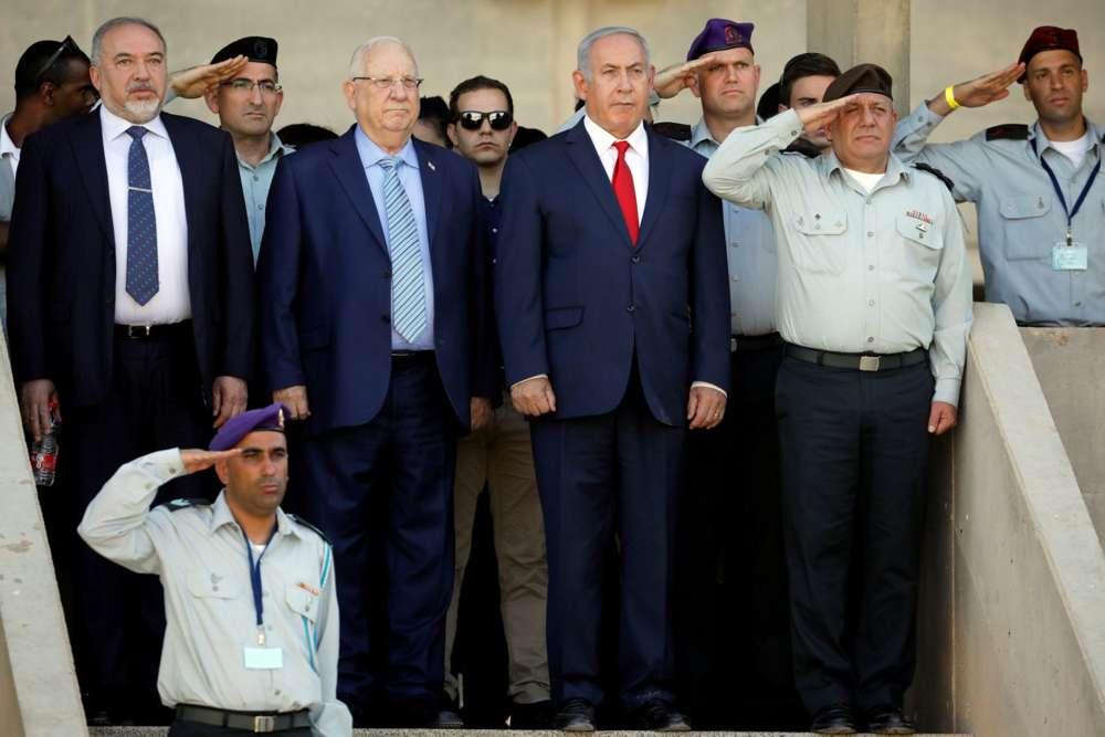 Reuven Rivlin, Benjamin Netanyahu, Avigdor Lieberman y el teniente general Gadi Eizenkot asisten a una ceremonia de graduación de nuevos oficiales del ejército israelí en una base cerca de Mitzpe Ramon, Israel, el 20 de junio de 2018.Amir Cohen / Reuters