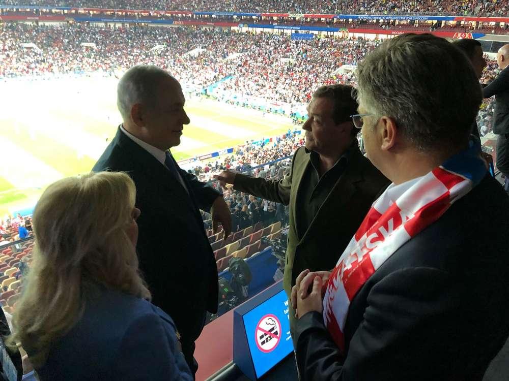 El primer ministro Benjamin Netanyahu con el primer ministro ruso Dmitry Medvedev y el primer ministro croata Andrej Plenković en el partido de semifinales de la Copa del Mundo en Moscú el 11 de julio de 2018. (Cortesía)