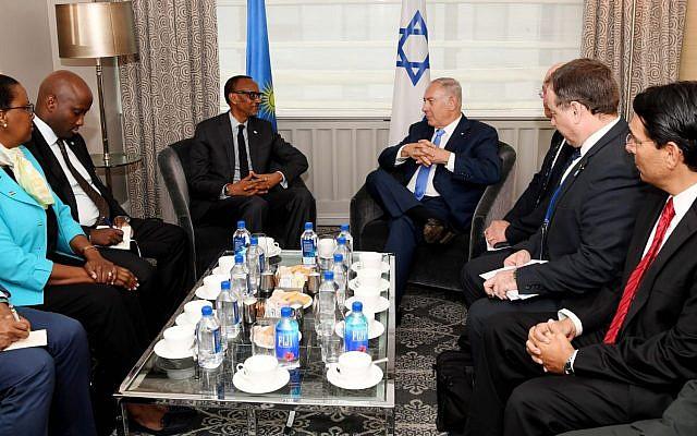 El primer ministro Benjamin Netanyahu (D) se reúne con el presidente de Ruanda Paul Kagame (I) en Nueva York, el 27 de septiembre de 2018 (Avi Ohayon / GPO)