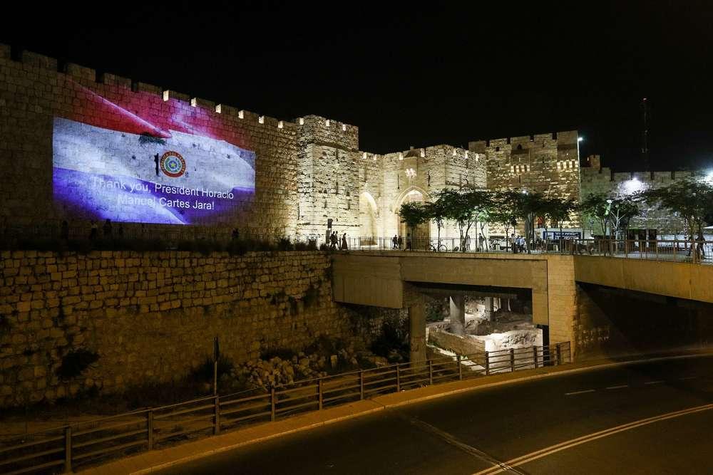 La bandera de Paraguay y un mensaje de agradecimiento al país se proyectan en las paredes de la Ciudad Vieja de Jerusalem, el 21 de mayo de 2018, para la apertura de la embajada paraguaya en Jerusalem.(Yontan Sindel / Flash 90)