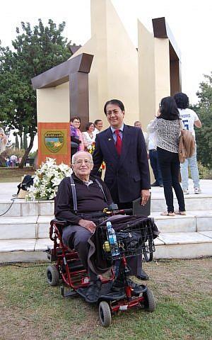 Embajador de Filipinas en Israel Neal Imperial con Max Weisler en el Monumento de Puertas Abiertas en el Parque Memorial del Holocausto de Rishon LeZion en 2017 (cortesía)