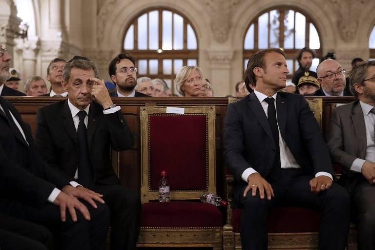 El presidente francés Emmanuel Macron (R) y el ex presidente francés Nicolas Sarkozy (L) escuchan discursos durante una ceremonia para conmemorar el llamado Año Nuevo judío - Rosh Hashaná - en la Gran Sinagoga de París el 4 de septiembre de 2018. (AFP PHOTO / POOL / YOAN VALAT)