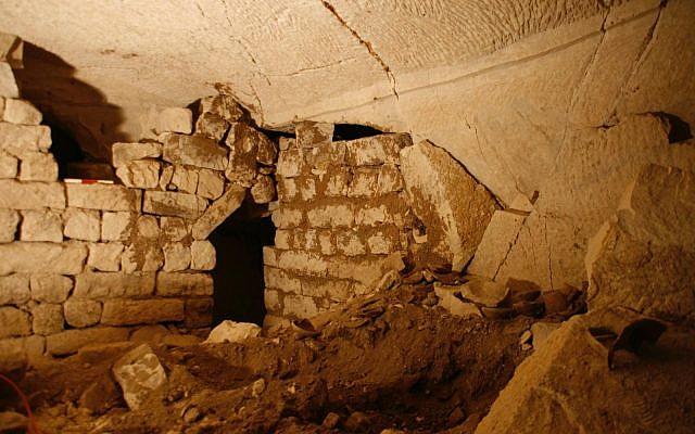 Una de las siete habitaciones recientemente descubiertas en un complejo subterráneo en la antigua ciudad de la era helenística de Maresha, cerca de Beit Guvrin. (Asaf Stern)