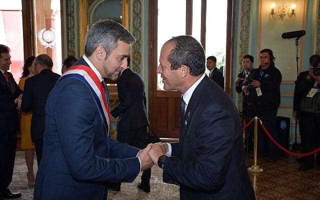 El alcalde de Jerusalem, Nir Barkat (R) felicita al nuevo presidente de Paraguay, Mario Abdo Benítez, en su ceremonia de juramentación el 16 de agosto de 2018. (Municipio de Jerusalem)