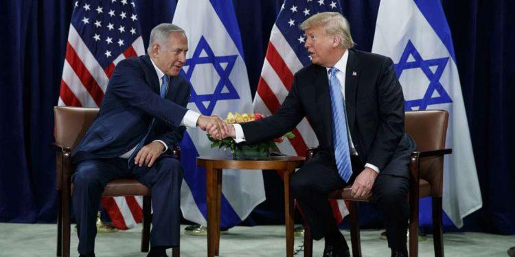 El presidente de los Estados Unidos, Donald Trump (derecha) estrecha la mano del primer ministro Benjamin Netanyahu en la Asamblea General de las Naciones Unidas el 26 de septiembre de 2018, en la sede de la ONU (AP Photo / Evan Vucci)