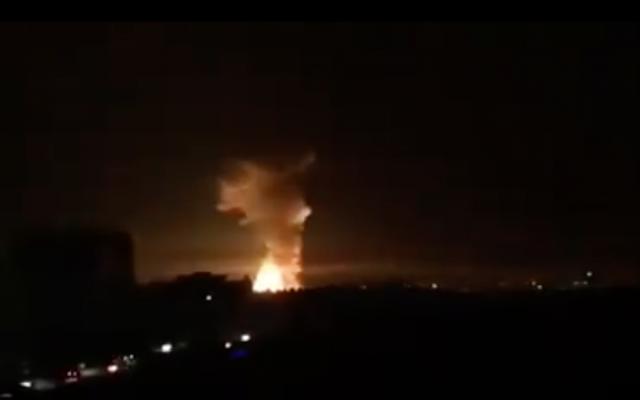 Explosiones vistas en la ciudad siria de Latakia después de un ataque a una instalación militar cercana el 17 de septiembre de 2018. (Captura de pantalla: Twitter)
