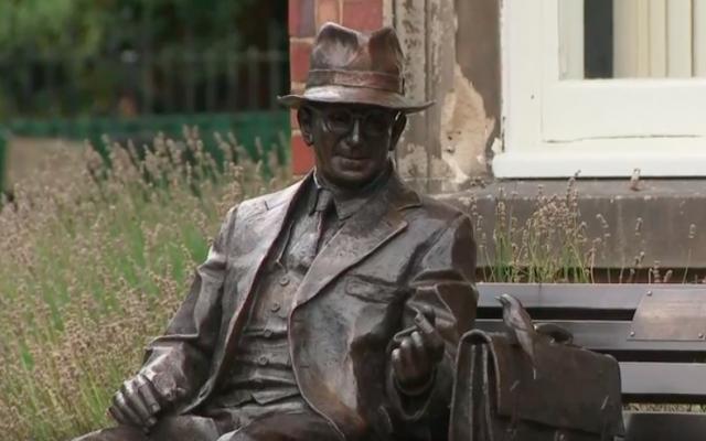 Una estatua de Frank Foley, un espía británico que ayudó a salvar a miles de judíos de los nazis durante el Holocausto en su inauguración el 18 de septiembre de 2018. (captura de pantalla: YouTube)