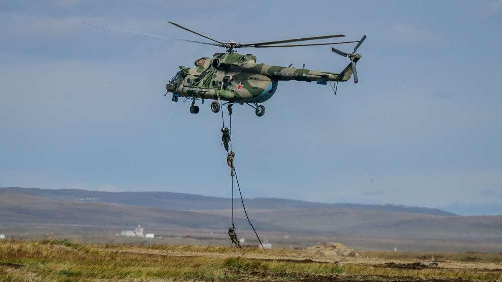 Un helicóptero de transporte Mil Mi-17
