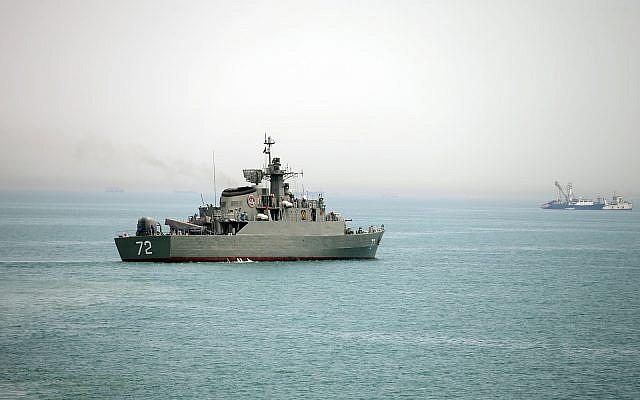 Ejemplos ilustrativos: El buque de guerra iraní Alborz, en primer plano, se prepara para abandonar las aguas de Irán en el Estrecho de Ormuz, en esta foto difundida por la Agencia semioficial Fars News, martes, 7 de abril de 2015. (/ agencia de noticias Fars AP, Mahdi Marizad)
