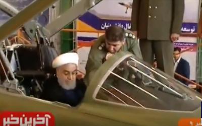 """El presidente iraní, Hassan Rouhani, en la cabina del avión de combate iraní """"Kowsar"""" presentado el 21 de agosto de 2018. (Captura de pantalla: PressTV)"""
