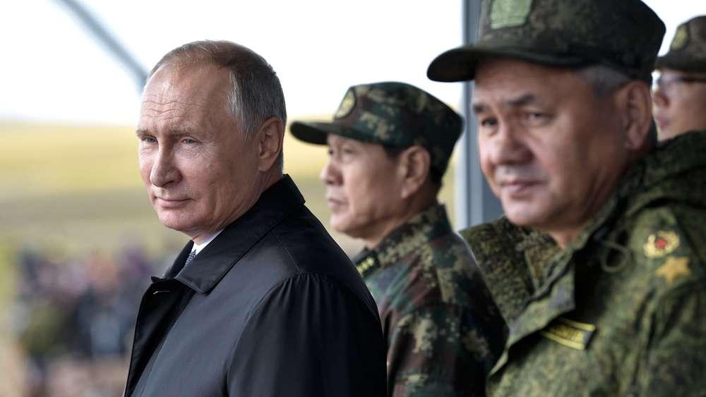 Vladimir Putin, presidente de Rusia, observando las movimientos