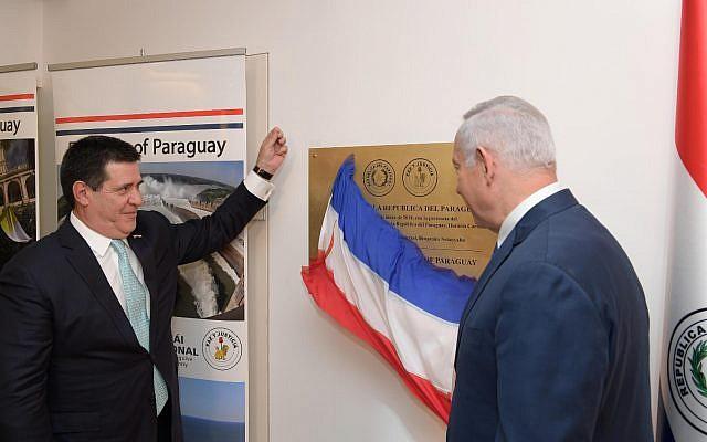 El presidente de Paraguay, Horacio Cartes (L) y el primer ministro israelí, Benjamin Netanyahu, inauguran la nueva embajada de Paraguay en Jerusalén, el 21 de mayo de 2018 (Amos Ben Gershom / GPO)