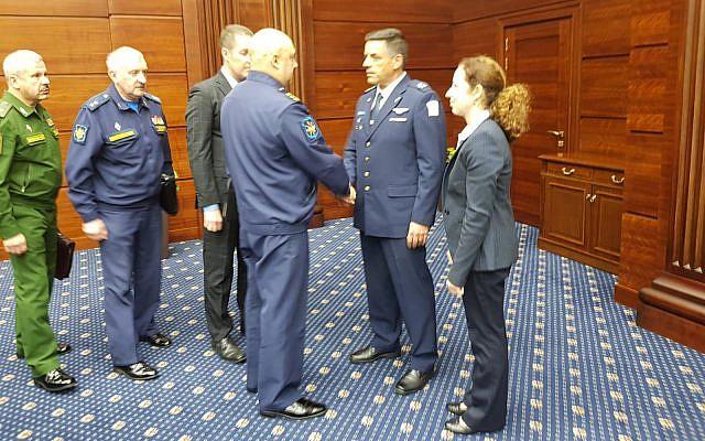 El jefe de la Fuerza Aérea de Israel, Amikam Norkin, centro derecha, se reúne con funcionarios rusos en Moscú el 20 de septiembre de 2018. (Fuerzas de Defensa de Israel)