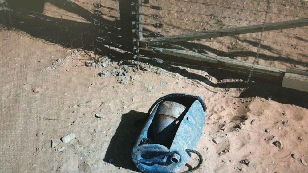 Un dispositivo explosivo improvisado colocado por los palestinos a lo largo de la cerca de seguridad del sur de Gaza poco antes de que fuera detonado por el ejército israelí en una explosión controlada el 13 de septiembre de 2018. (Fuerzas de Defensa de Israel)