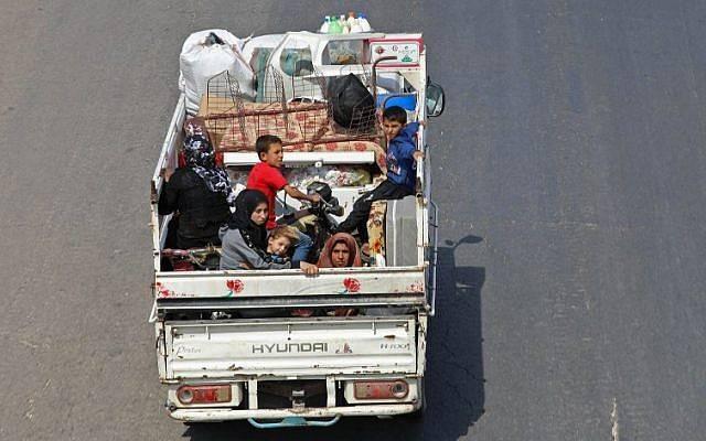 Los residentes de la provincia de Idlib huyen hacia la frontera siria de Turquía el 10 de septiembre de 2018. (AFP PHOTO / OMAR HAJ KADOUR)