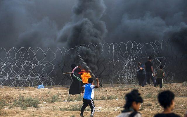 Un niño palestino lanza rocas a las fuerzas israelíes durante la violencia a lo largo de la frontera entre la Franja de Gaza e Israel, al este de la ciudad de Gaza, el 7 de septiembre de 2018. (AFP / Said Khatib)