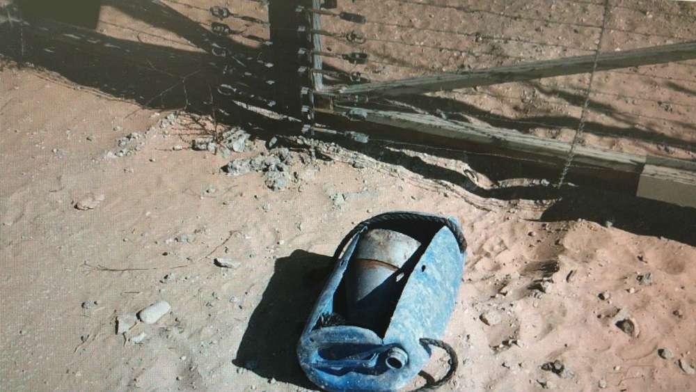 Un dispositivo explosivo improvisado colocado por islamistas palestinos a lo largo de la cerca de seguridad del sur de Gaza poco antes de que fuera detonado por el ejército israelí en una explosión controlada el 13 de septiembre de 2018. (Fuerzas de Defensa de Israel)