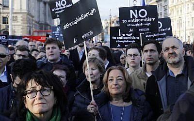 Los miembros de la comunidad judía sostienen una protesta contra el líder del partido laborista británico Jeremy Corbyn y el antisemitismo en el Partido Laborista, frente al Parlamento británico en el centro de Londres el 26 de marzo de 2018. (AFP / Tolga Akmen)
