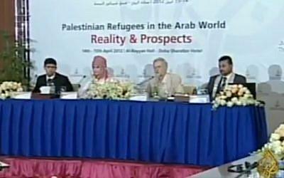 El líder del Partido Laborista del Reino Unido Jeremy Corbyn (segunda derecha) asiste a una conferencia de 2012 en Doha junto con varios terroristas palestinos condenados por asesinar a israelíes. (Captura de pantalla: Twitter)