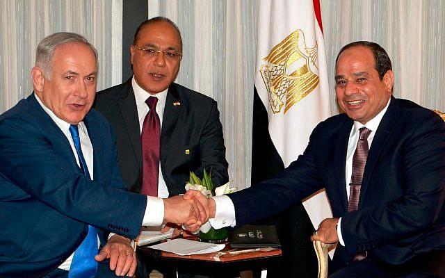 El primer ministro Benjamin Netanyahu, a la izquierda, se reúne con el presidente egipcio Abdel Fattah el-Sissi, a la derecha, en Nueva York el 19 de septiembre de 2017. (Avi Ohayun)