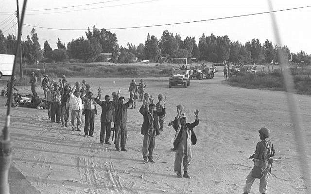 Egipcios capturados en el desierto del Sinaí, al final de la Guerra de Yom Kippur de 1973 (Colección cortesía de David Rubinger / Knesset)
