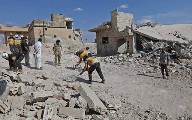 Los equipos de rescate retiran los escombros para abrir una carretera en medio de la destrucción causada por los bombardeos de las fuerzas gubernamentales en la localidad de Al Habit, en los bordes meridionales de la provincia de Idlib, controlada por los rebeldes, el 10 de septiembre de 2018. / (AFP PHOTO / OMAR HAJ KADOUR)