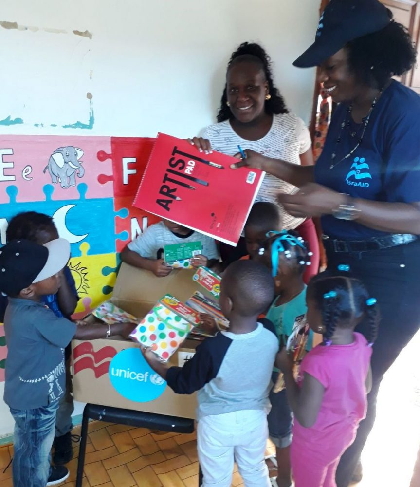 El personal de IsraAID distribuye kits escolares en Dominica. Foto cortesía