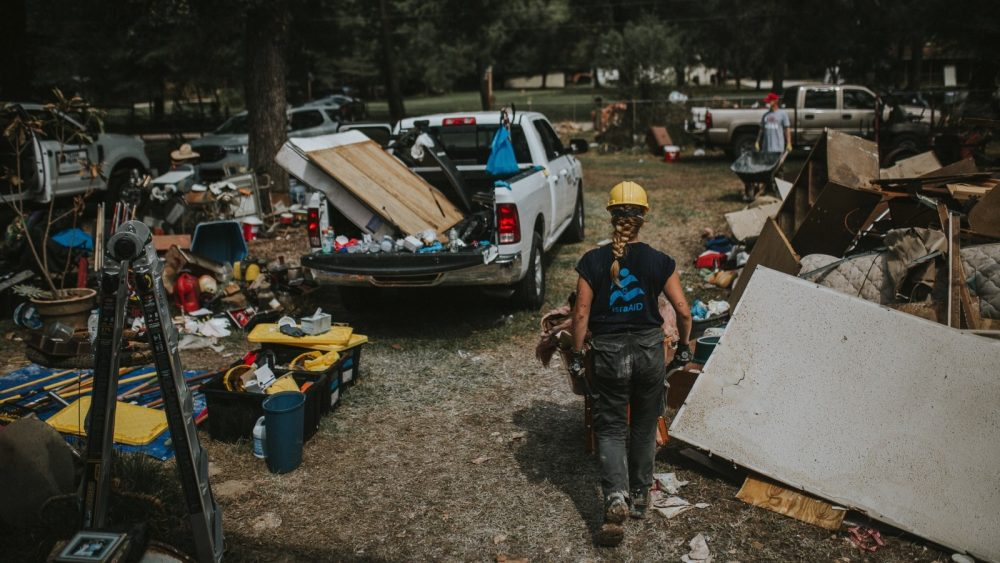 Un voluntario de IsraAID limpiando en Houston después del huracán Harvey. Foto cortesía