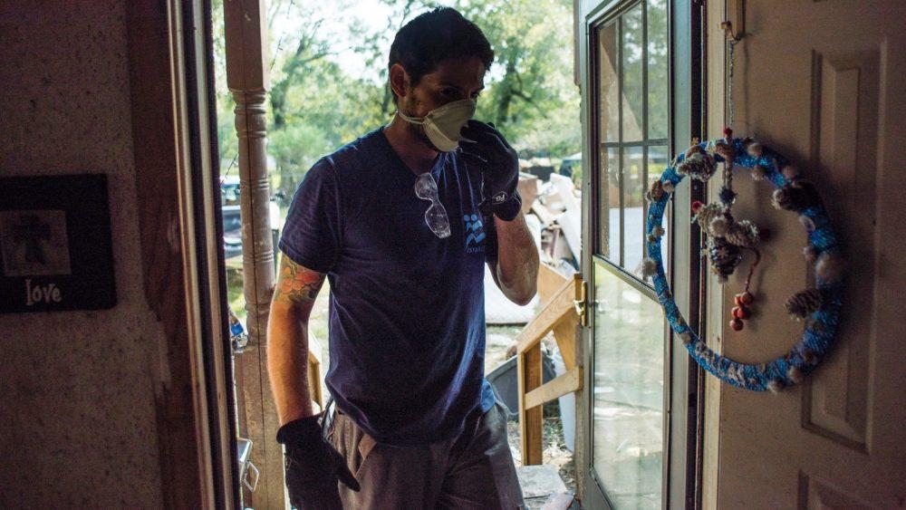 Niv Rabino, jefe de misión de Texas para IsraAID, ayudó a limpiar una casa inundada en Houston después del huracán Harvey. Foto cortesía