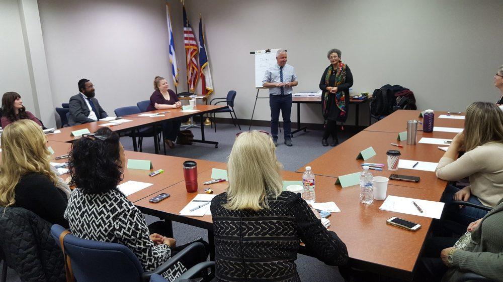 Reuven Rogel y Dalia Sivan de la Coalición de Trauma de Israel capacitan a profesionales de Houston en habilidades de resistencia y afrontamiento de traumas. Foto cortesía de Houston JFS