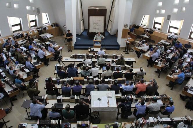 Gadi Eizenkot dando discruso frente una audicencia en la Yeshivá Har Etzion ( Foto: Ido Cohen)