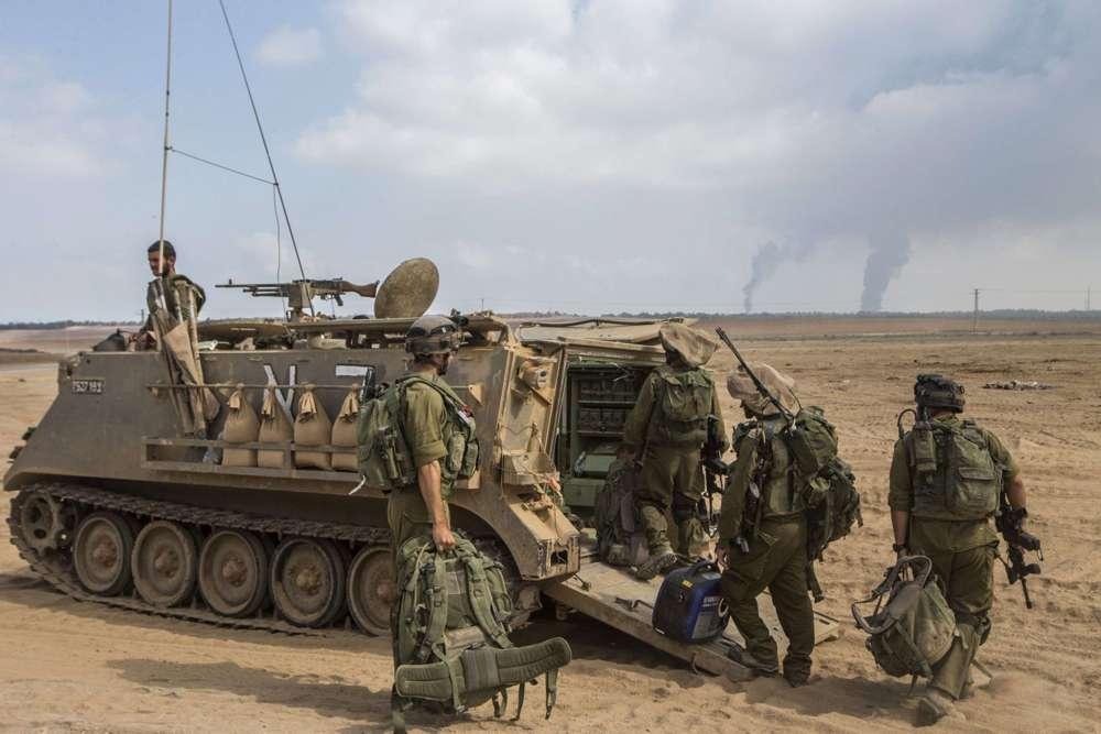Soldados israelíes se preparan para el combate en la Franja de Gaza en un despliegue del ejército a lo largo de la frontera entre Israel y el territorio palestino controlado por Hamas el 29 de julio de 2014.Jack Guez / AFP Photo
