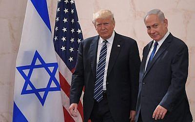 El presidente estadounidense Donald Trump (izquierda) con el primer ministro israelí Benjamin Netanyahu, en el Museo de Israel en Jerusalén, el 23 de mayo de 2017. (Mandel Ngan / AFP / Getty Images vía JTA)