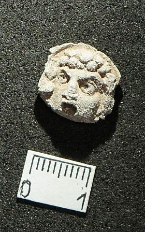 La impresión de arcilla de una cara utilizada para sellar documentos de 2.000 años de antigüedad fue descubierta en agosto de 2018 en las excavaciones de Maresha como parte de un tesoro de 1.020 sellamientos. (Asaf Stern)
