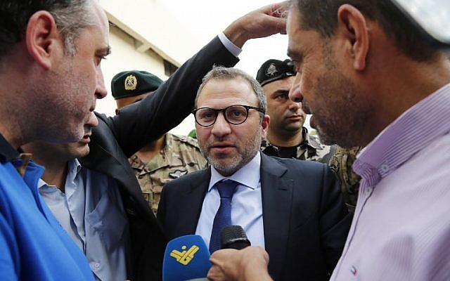 El ministro de Relaciones Exteriores del Líbano, Gibran Bassil, habla con los medios reuniendo embajadores cerca del aeropuerto internacional de Beirut el 1 de octubre de 2018 durante un recorrido por supuestos sitios de misiles en la capital libanesa, en un intento por refutar las acusaciones israelíes de que el movimiento Hezbolá tiene instalaciones secretas de misiles allí . (AFP PHOTO / ANWAR AMRO)