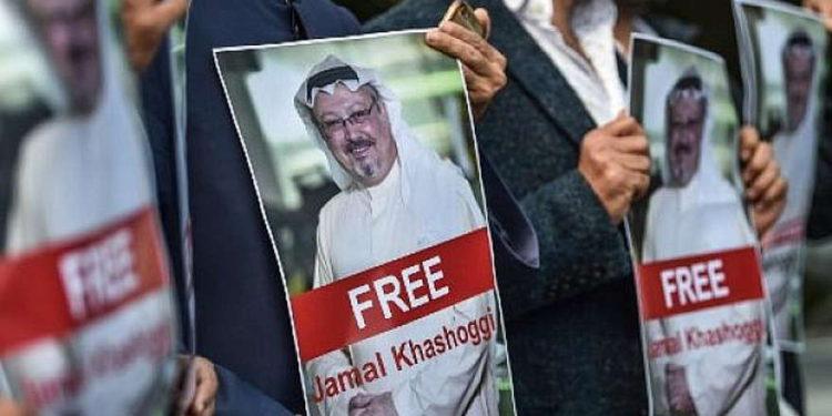 Los manifestantes sostienen fotografías del periodista desaparecido Jamal Khashoggi durante una manifestación frente al consulado de Arabia Saudita en Estambul el 5 de octubre de 2018. (AFP / OZAN KOSE)