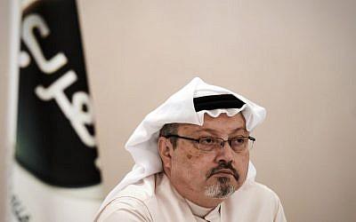 (ARCHIVOS) En esta foto de archivo tomada el 15 de diciembre de 2014, Jamal Khashoggi, observa durante una conferencia de prensa en la capital de Bahrein, Manama. (AFP / MOHAMMED AL-SHAIKH)