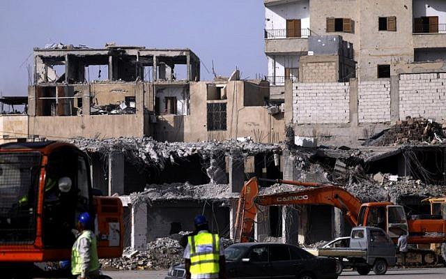 Las excavadoras limpian escombros en la ciudad siria de Raqqa el 18 de octubre de 2018. (Delil Souleiman / AFP)
