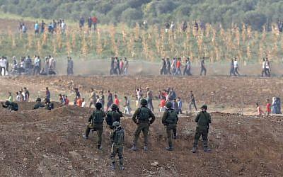 Soldados israelíes que tomaron posición durante enfrentamientos con terroristas palestinos en la frontera de Gaza el 19 de octubre de 2018 en Nahal Oz. (Jack Guez / AFP)