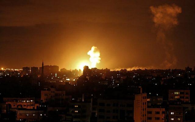 Una explosión causada por un ataque aéreo israelí en la ciudad de Gaza, el 27 de octubre de 2018. (Mahmud Hams / AFP)