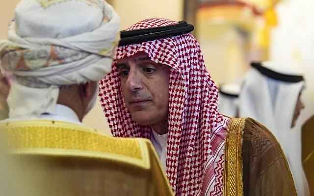 El ministro responsable de asuntos exteriores de Omán, Yusuf bin Alawi, a la izquierda, habla con el ministro de Relaciones Exteriores de Arabia Saudita, Adel Al-Jubeir, cuando asisten al 14º Instituto Internacional de Estudios Estratégicos (IISS), el Diálogo de Manama en la capital de Bahrein, Manama, el 27 de octubre de 2018. (AFP)