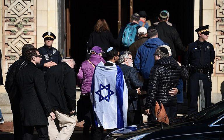 La gente llega a la Congregación de Rodef Shalom, donde se celebró el 30 de octubre de 2018 en Pittsburgh, Pensilvania, el funeral de la Congregación del Árbol de la Vida que asesinó a las víctimas Cecil Rosenthal y David Rosenthal. (Brendan Smialowski / AFP)