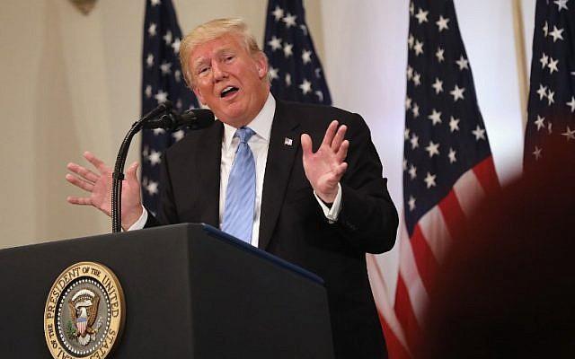 El presidente de los Estados Unidos, Donald Trump, responde a una pregunta sobre personas que se ríen de él el día anterior en la Asamblea General de la ONU mientras celebran una conferencia de prensa en la ciudad de Nueva York, el 26 de septiembre de 2018. (John Moore / Getty Images / AFP)