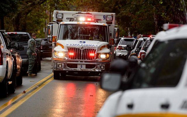Los miembros del equipo de respuesta rápida de la policía responden al sitio de un tiroteo masivo en la Sinagoga del Árbol de la Vida en el vecindario de Squirrel Hill el 27 de octubre de 2018 en Pittsburgh, Pennsylvania. (Jeff Swensen / Getty Images / AFP)