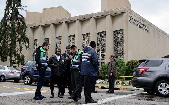 Un equipo de emergencia judío y oficiales de policía en el lugar del tiroteo en masa que mató a 11 personas e hirió a seis en la sinagoga del Árbol de la Vida, el 28 de octubre de 2018, en Pittsburgh, Pensilvania. (Jeff Swensen / Getty Images / AFP)