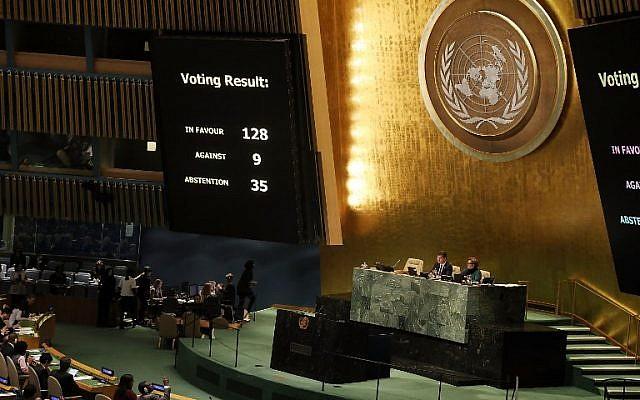 """Los resultados de la votación se muestran en el piso de la Asamblea General de las Naciones Unidas en la que la declaración de Jerusalén de los Estados Unidos como la capital de Israel fue declarada """"nula e inválida"""" el 21 de diciembre de 2017 en la ciudad de Nueva York. La votación, 128-9, en las Naciones Unidas se refería a la decisión de Washington de reconocer a Jerusalén como la capital de Israel y reubicar a su embajada allí. (Spencer Platt / Getty Images / AFP)"""