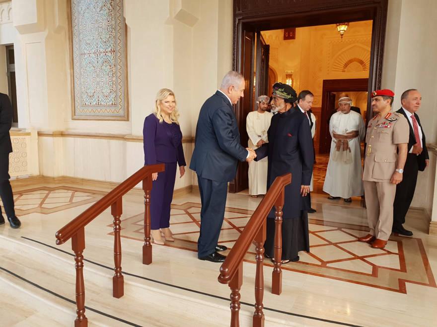 El primer ministro Netanyahu con el sultán de Omán, el sultán Kabus Ben Said (Vía Haaretz)