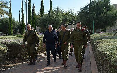 El ministro de Defensa, Avigdor Liberman, se reúne con oficiales del Comando Sur de las FDI el 16 de octubre de 2018. (Ariel Hermoni / Ministerio de Defensa)