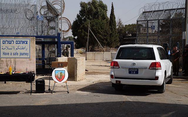 Un vehículo de la FNUOS en el cruce de Quneitra entre Israel y Siria en los Altos del Golán, que reabre después de cuatro años, el 15 de octubre de 2018. (Judah Ari Gross / Times of Israel)
